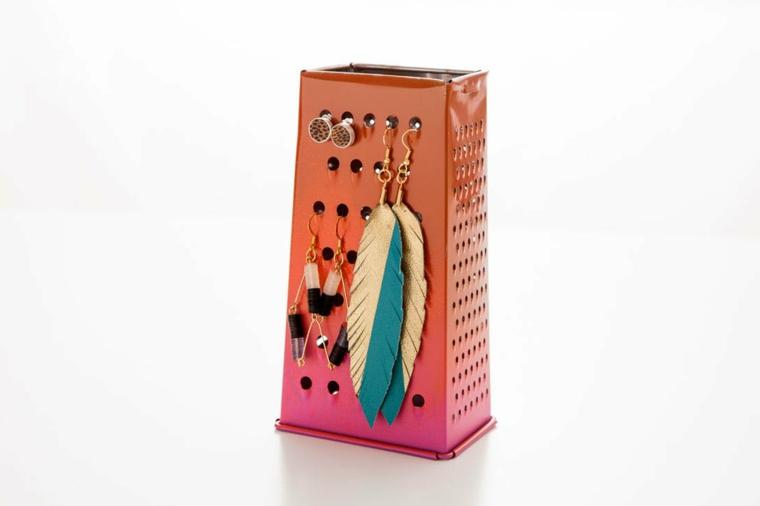 idee-riciclo-creativo-grattuggia-formaggio-dipinta-gradazioni-rosa-porta-orecchini