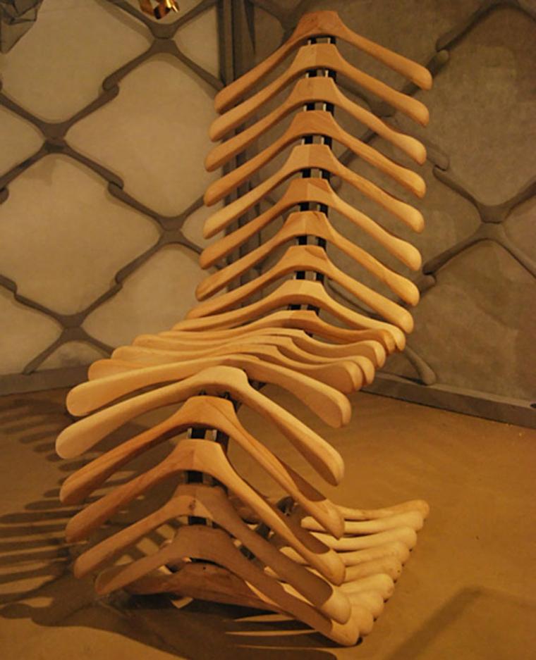 idee-riciclo-creativo-sedia-forma-ergonomica-grucce-legno-infilate-struttura-metallo