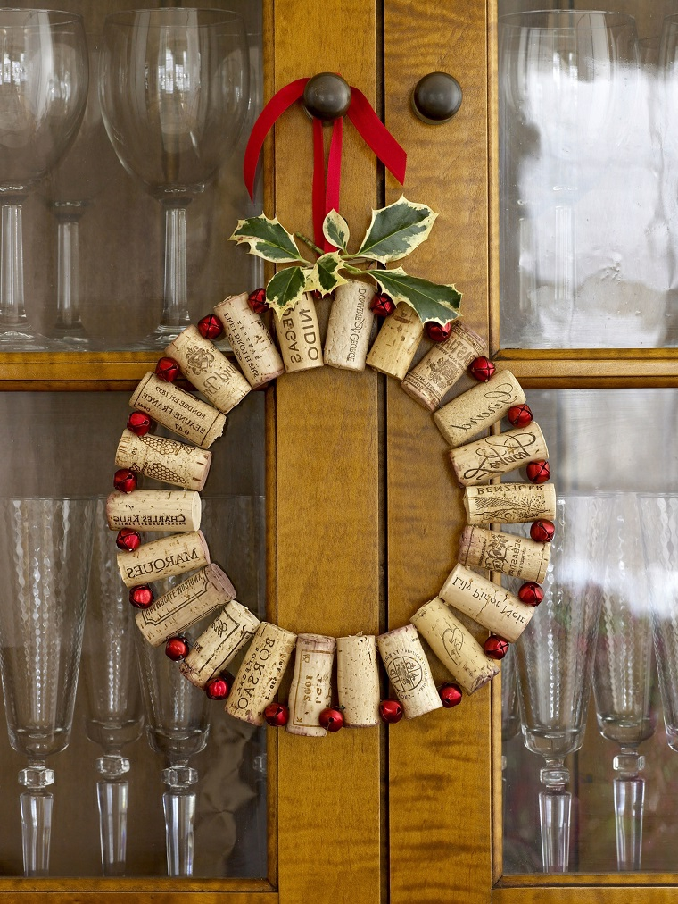 idee-riciclo-decorazioni-di-natale-fai-da-te-tappi-sughero-ghirlanda-porta