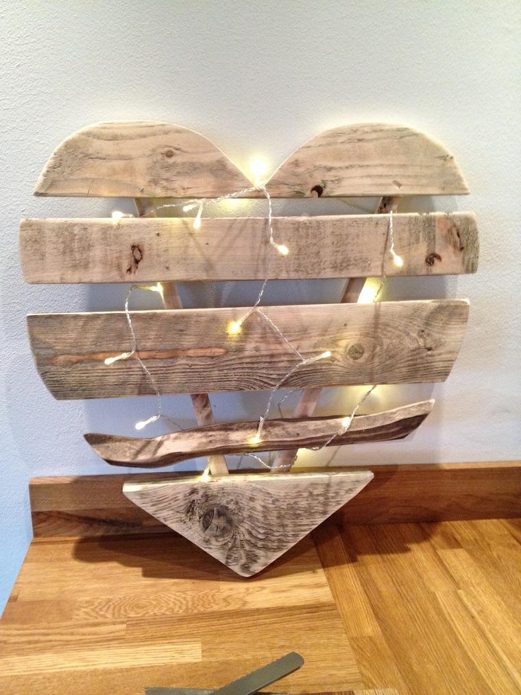 idee-riciclo-fai-da-te-per-la-casa-cuore-pallet-luci