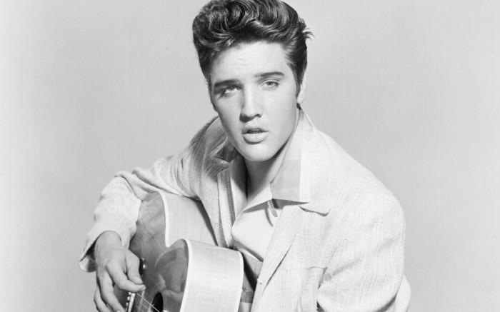 immagine-elvis-presley-bianco-nera-capelli-stile-anni-50-vestito-bianco