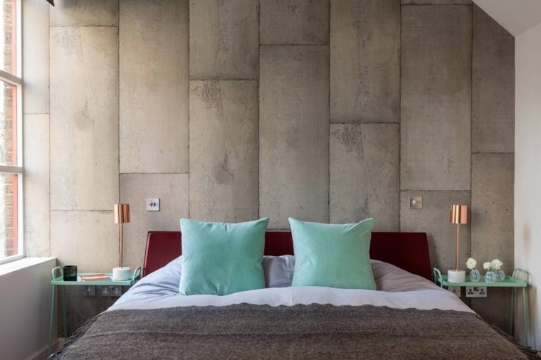 lampade-abat-jour-color-rame-cuscini-azzurri-coperta-grigia-comodini-ferro-battuto-parete-cemento