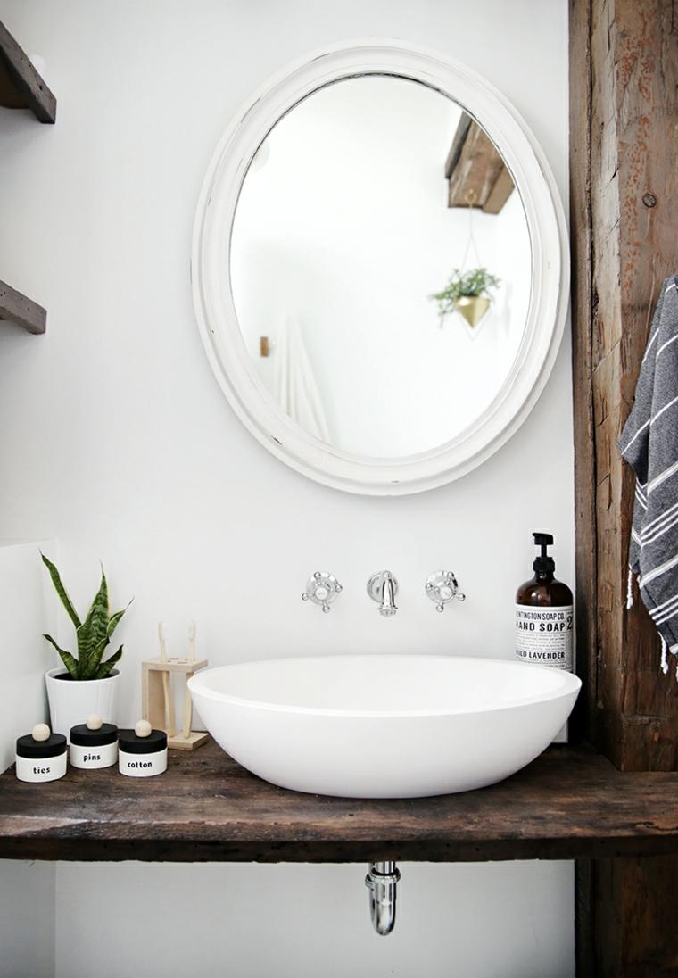Bagno con specchio e mobile di legno, riciclare oggetti da buttare