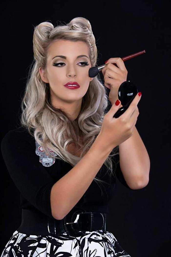 look-anni-50-donna-capelli-biondi-lunghi-make-up-vestito