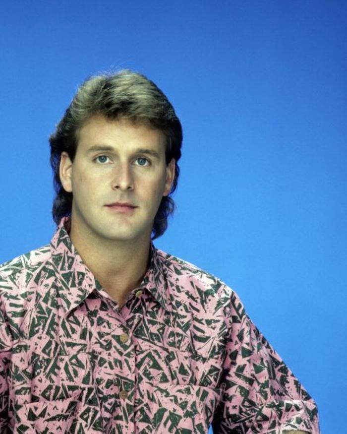 look-anni-80-uomo-camicia-ampia-fantasia-rosa- Vestiti ... 9023346e5d4