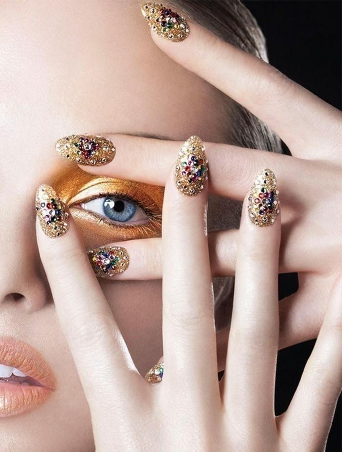 manicure-dorata-occasioni-speciali-smalto-oro-ombretto-occhi-decorazioni-nero