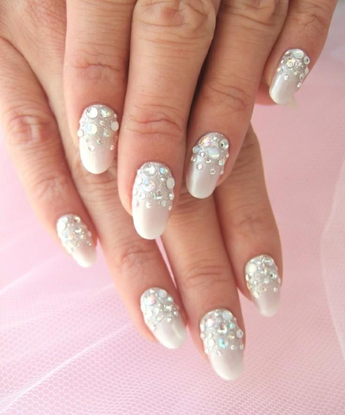 manicure-elegante-raffinata-brillantini-parte-alta-unghie-base-bianca-brillante