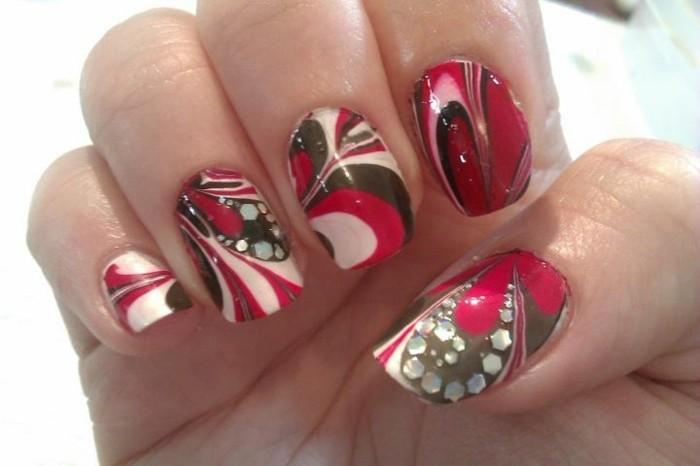 manicure-originale-colori-accesi-fragola-fanco-bianco-brillantini-decorazione