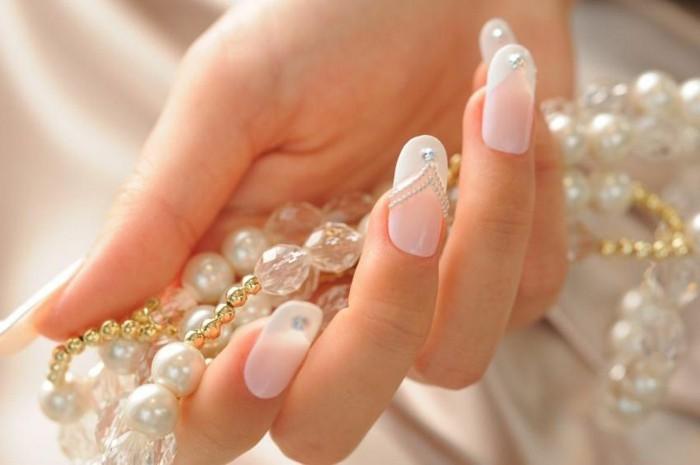 manicure-raffinata-matrimonio-unghie-lunghe-brillantini-parte-inferiore