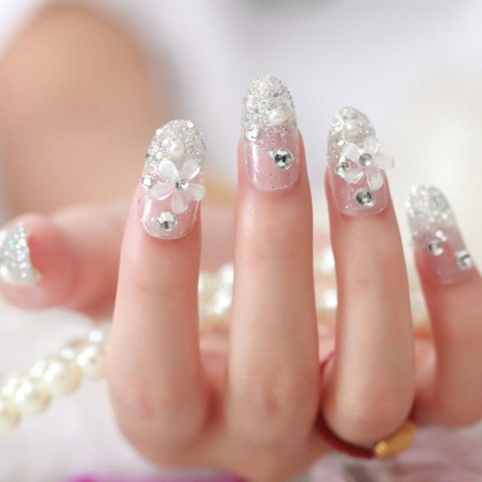 manicure-semplice-elegante-unghie-lunghe-tanti-glitter-fiori-smalto-trasparente