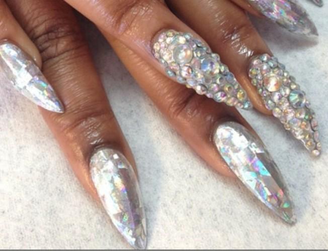 manicure-unghie-lunghe-appuntite-brillantini-tutta-unghia-smalto-argento