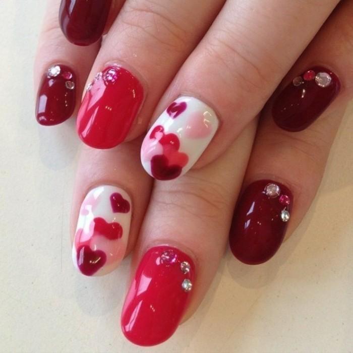 manicure-unghie-tonde-smalto-brillante-rosso-bordeaux-bianco-decorazioni-cuore-brillantini