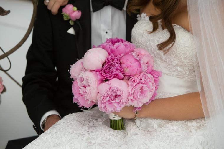 mazzi-di-fiori-bellissimi-bouquet-forma-tonda-fiori-grandi-rosa