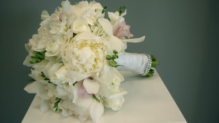 mazzi-di-fiori-bellissimi-bouquet-rotondo-peonie-bianche-raso-gambo