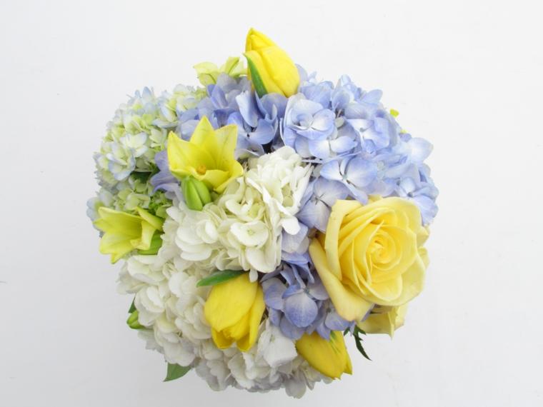 mazzi-di-fiori-bellissimi-rose-gialle-ortensie-bianche-azzurre