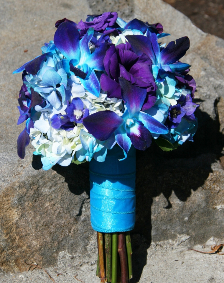mazzi-di-fiori-particolari-bouquet-toni-blu-azzurro-viola-nastro-azzurro-gambo