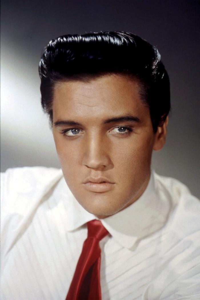 moda-capelli-uomo-anni-50-foto-elvis-presley-giovane-camicia-bianca-cravatta-rossa