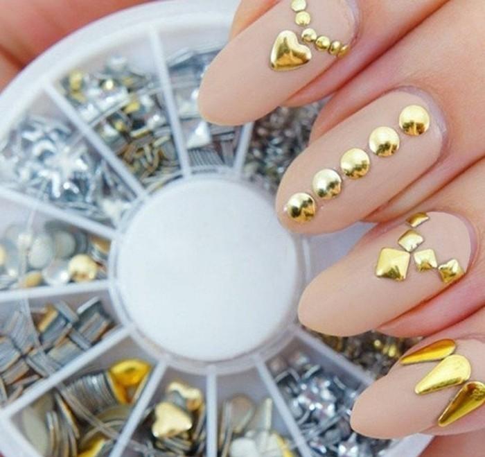 nail-art-bellissime-brillantini-pietre-dorate-tutte-unghie-fondo-smalto-color-carne-opaco