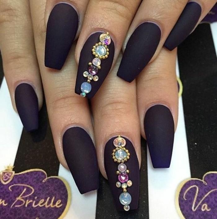nail-art-bellissime-brillantini-pietre-forme-colori-diversi-allineate-verticale-medio-base-smalto-nero-opaco