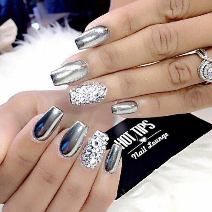 nail-art-bellissime-brillantini-ricoprono-anulare-smalto-argento-banda-bianca-effetto-metallizzato