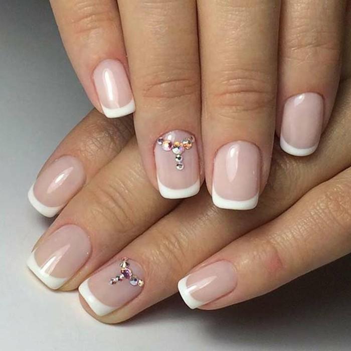 nail-art-bellissime-decorazione-brillantini-anulare-french-manicure-unghia-corta
