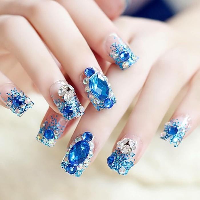 nail-art-particolari-brillantini-blu-argento-varie-forme-ricoprono-tutte-unghie-effetto-gioiello