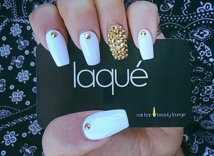 nail-art-particolari-brillantini-dorati-ricopromo-anulare-brillantini-singoli-altre-dita-base-bianca