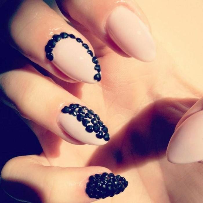 nail-art-particolari-pietre-tonde-nere-piccole-decorazioni-medio-anulare-mignolo-base-rosa-opaca
