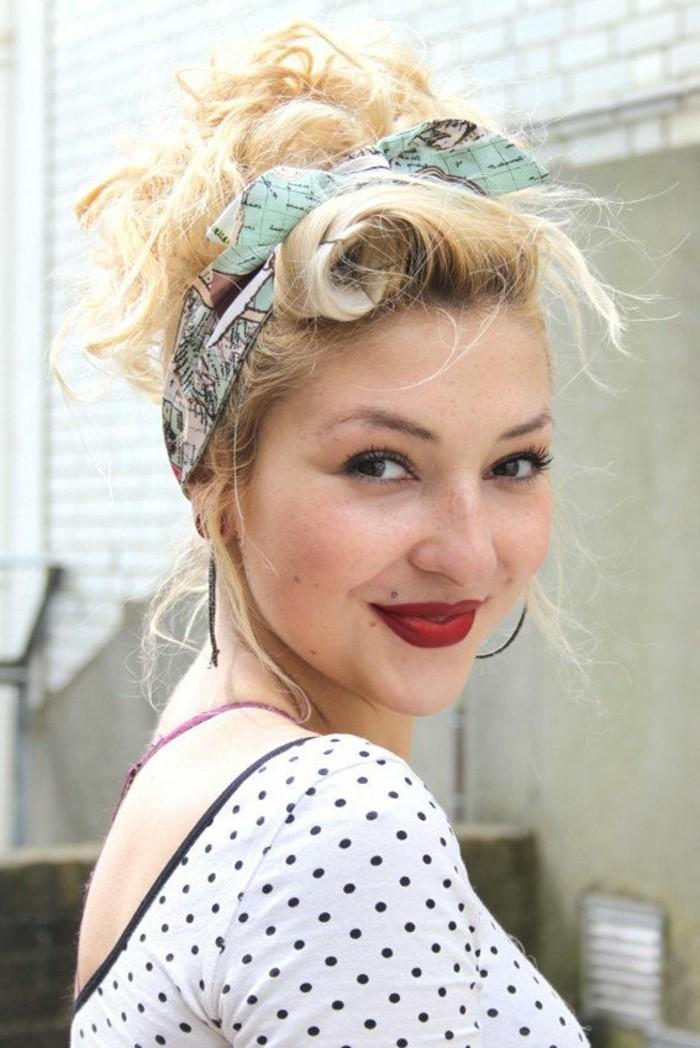 pettinatura-anni-50-donna-bionda-capelli-ribelli-legati-fascia-colorata-sorriso-trucco-rossetto-rosso