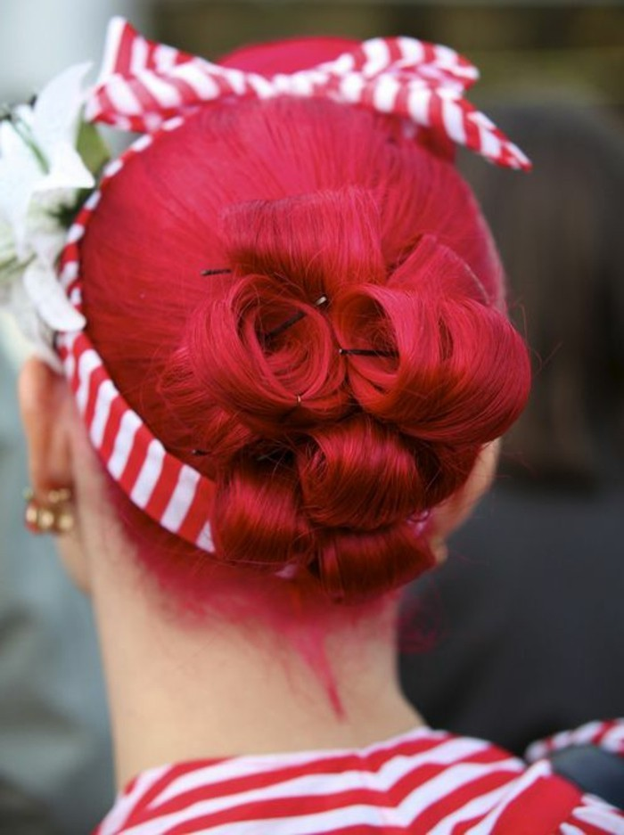 pettinatura-anni-50-donna-capelli-rossi-fascia-bianco-rossa-pin-up-rockabilly-acconciatura