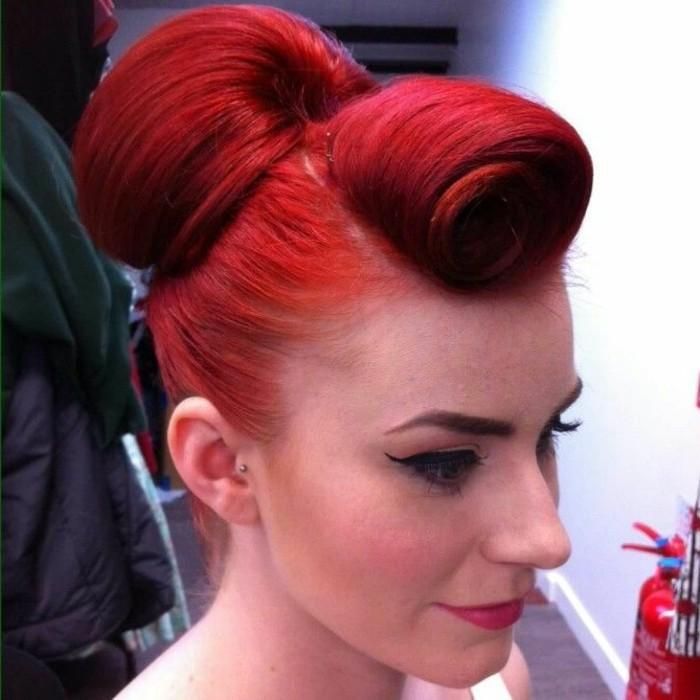 pettinatura-anni-50-donna-capelli-rossi-pin-up-chignon-dietro-idea-stravagante-trucco-vintage