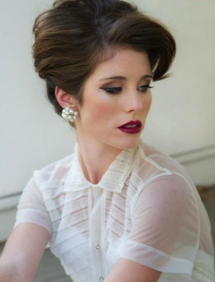pettinature-anni-50-donna-capelli-castani-legati-indietro-frangia-attuale-orecchini-perle