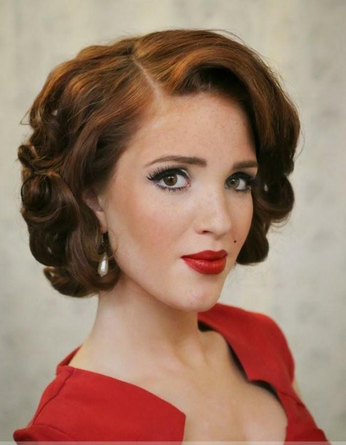 pettinature-anni-50-donna-capelli-corti-castani-trucco-vestito-rosso