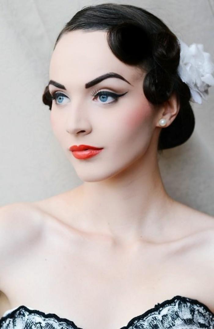 pettinature-anni-50-donna-capelli-neri-raccolti-fiore-finto-bianco-rossetto-rosso