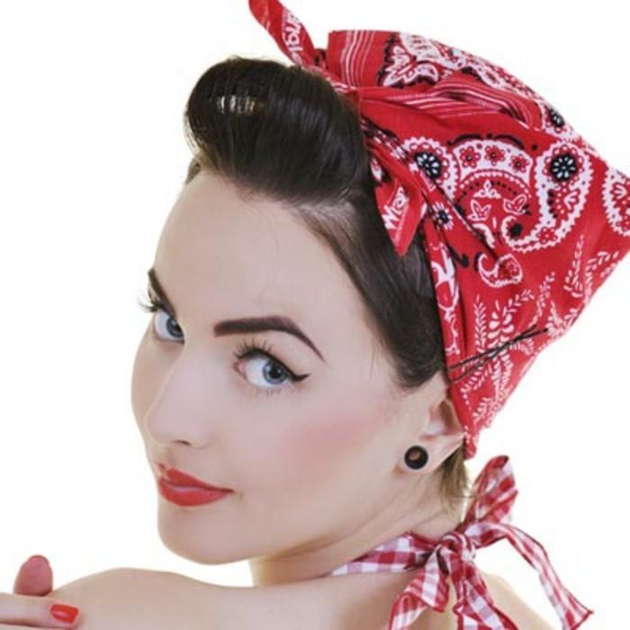 pettinature-anni-50-donna-capelli-raccolti-bandana-rossa-abbinata-rossetto-smalto-unghie