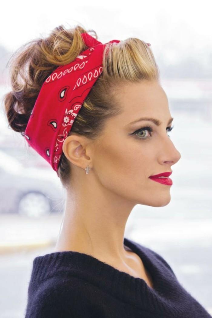pettinature-anni-50-pompadour-donna-capelli-biondi-bandana-rossetto-rosso