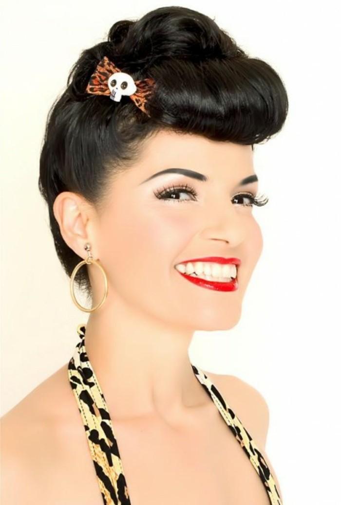 pin-up-acconciatura-rockabilly-anni-50-donna-capelli-neri-sorriso-orecchini-rotondi