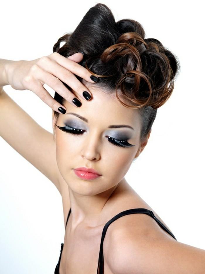 pin-up-anni-50-capelli-donna-castani-boccoli-smalto-nero-occhi-ombretto