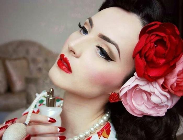 pin-up-anni-50-donna-capelli-neri-rose-finte-trucco-elegante-abbinato-acconciatura-profumo-bottiglietta-vintage