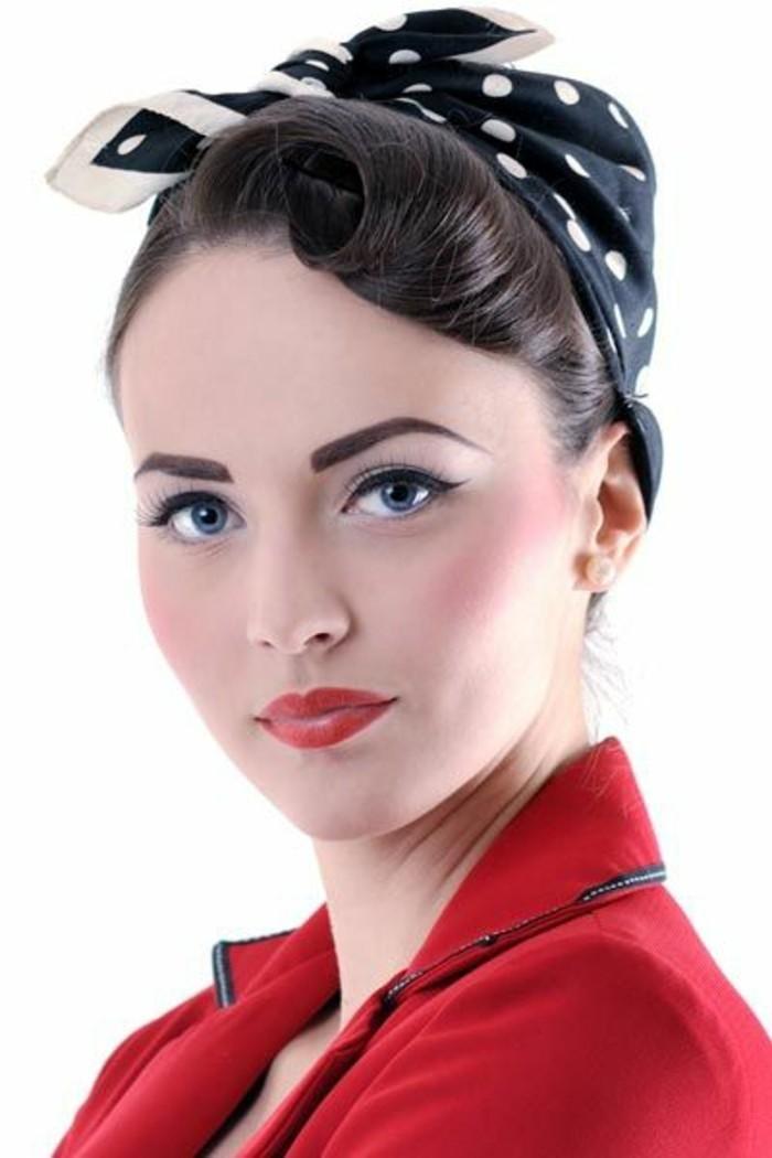 pompadour-acconciatura-donna-capelli-scuri-frangia-lunga-fascia-nera-pois-bianchi-fiocco