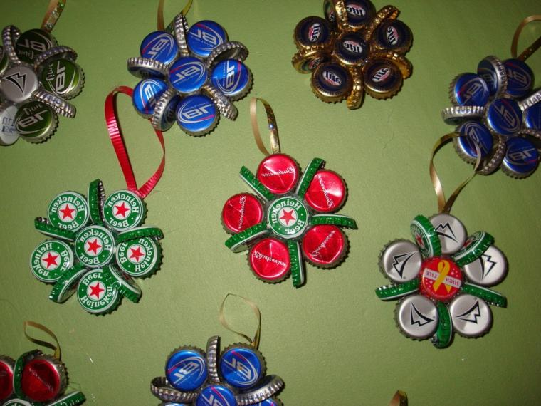 riciclaggio-creativo-addobbi-albero-natale-fiori-tappi-bottiglie-nastro-appenderle