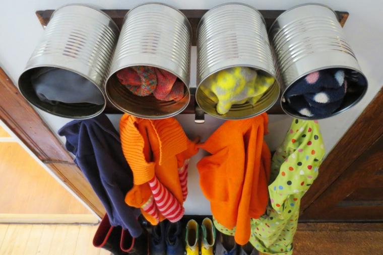 riciclaggio-creativo-barattoli-metallo-alimenti-utilizzati-ordinare-vestiti-mobile-ingresso