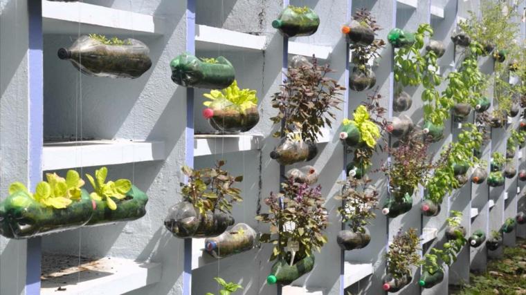 riciclaggio-creativo-bottiglie-plastica-trasparente-appese-orizzontale-parete-giardino-verticale