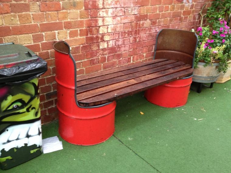 riciclaggio-creativo-panchina-giardino-due-bidoni-latta-verniciati-assi-legno-seduta