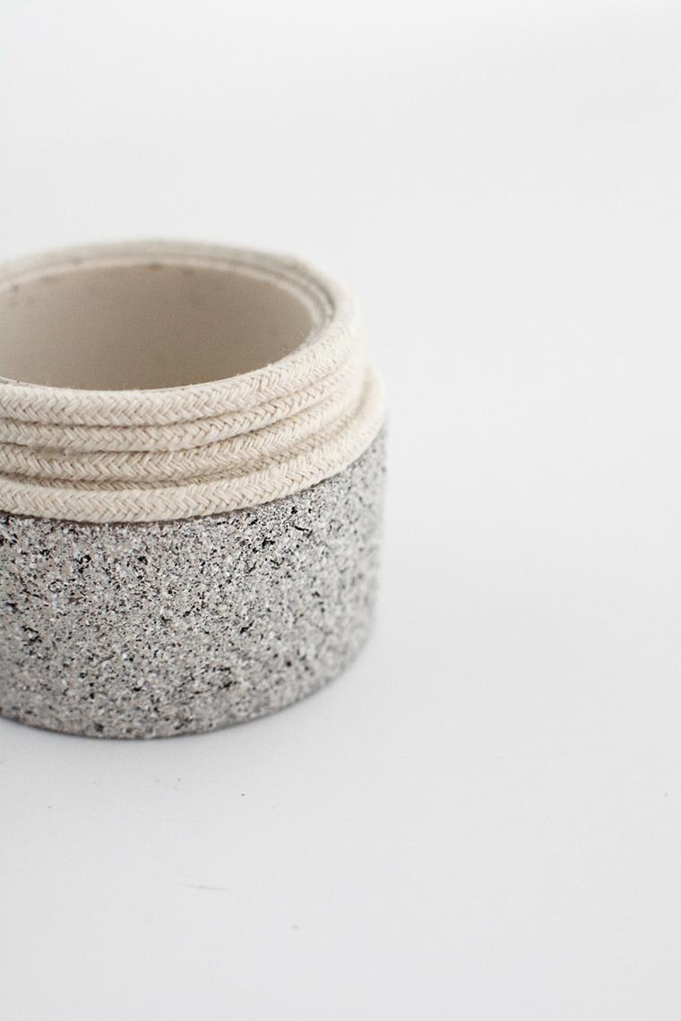 Barattolo di crema vuoto con collo avvolto di corda, decorazioni casa fai da te riciclo