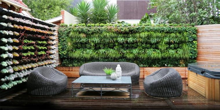 riciclo-creativo-bottiglie-uguali-giardino-verticale-assi-pallet-contenitore-esterno