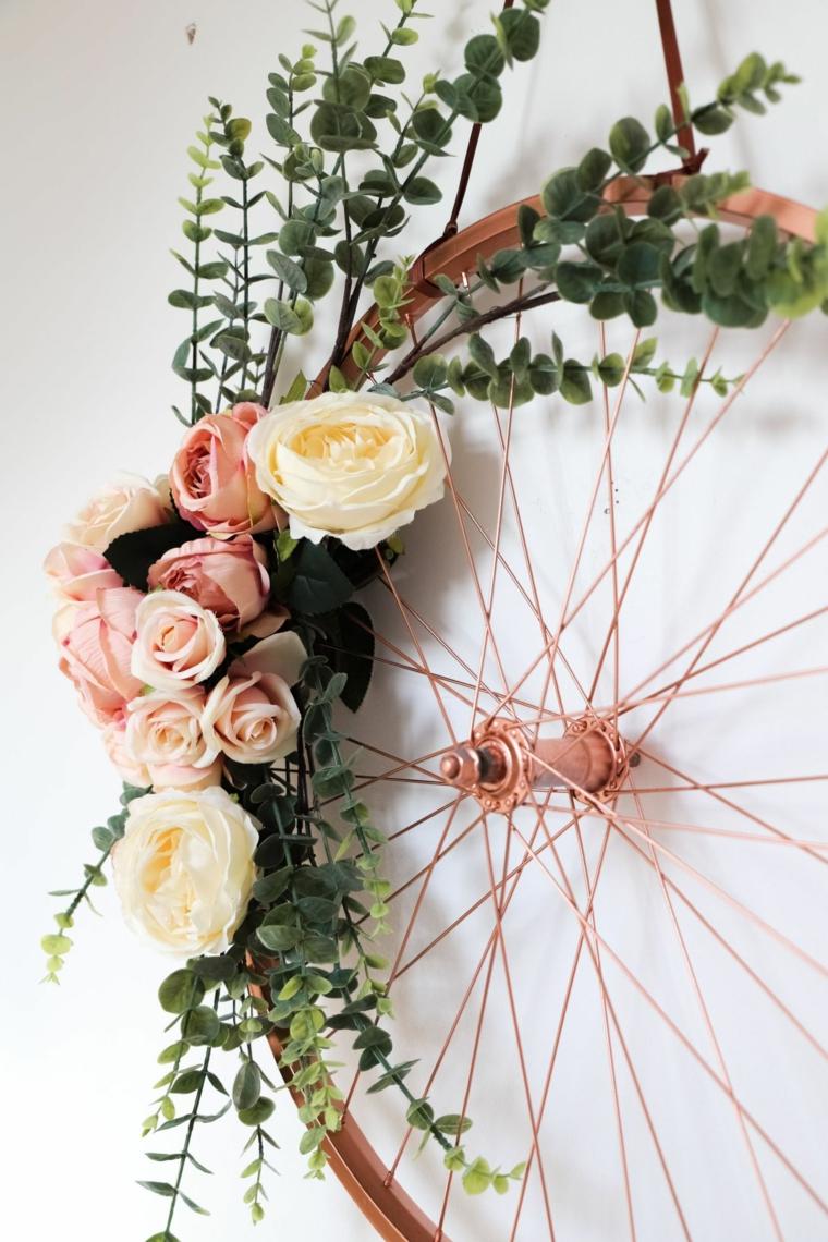 Riciclare oggetti da buttare, ruota di una bicicletta dipinta e decorata con fiori