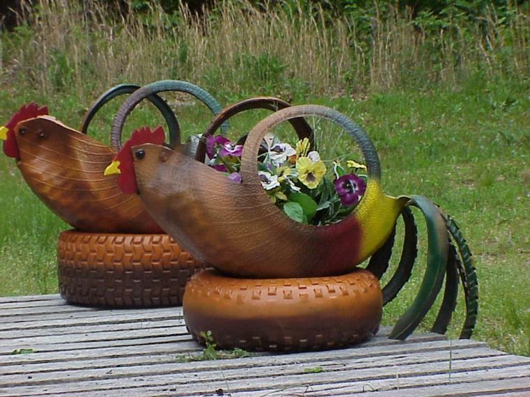 riciclo-creativo-fioriere-pneumatici-colorati-tagliati-forma-gallina-becco-coda-colorata