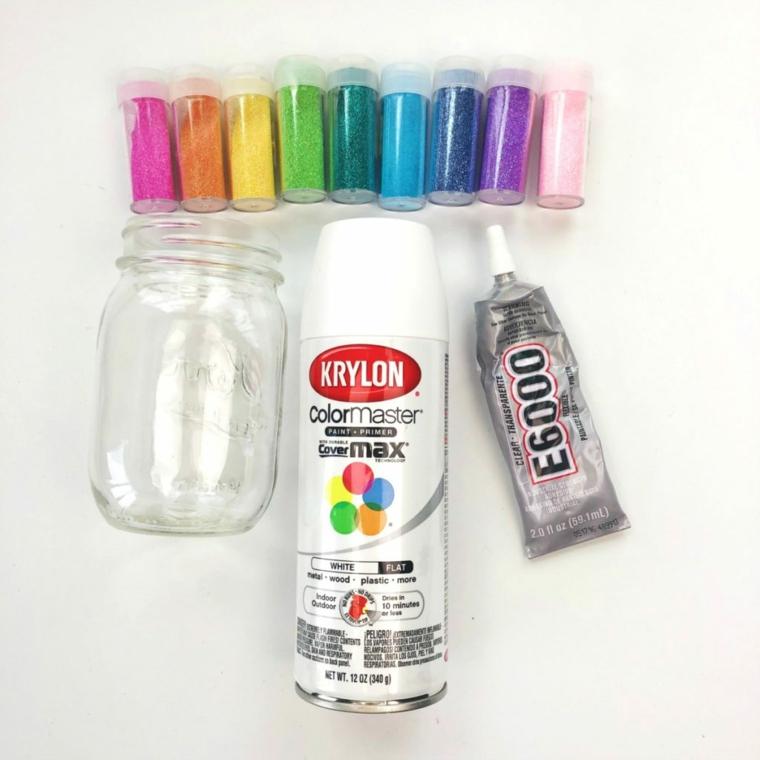 Lavoretti con materiale da riciclare, barattolo di vetro accanto a delle bottigliette di glitter
