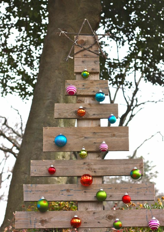 riciclo-creativo-pallet-albero-natale-assi-legno-palline-colorate-appese-stella-alto